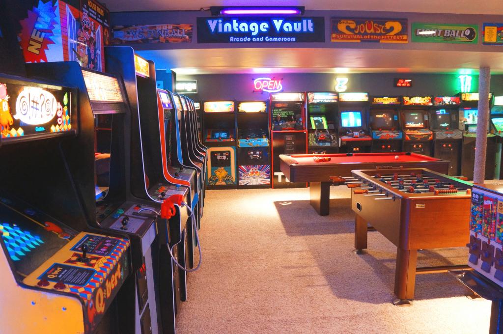 Vintage Arcade Machine Image & Photo